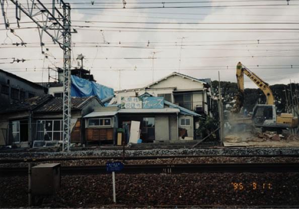 1995.3.11 島袋道浩《人間性回復のチャンス》1995 神戸、須磨(撮影:島袋道浩)