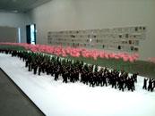 Zhu WeibingとJi Wenyuの作品。 大量消費社会の中で個が埋没していく一方、そうした個が共産主義国家を支えていることを対比させている。