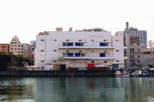 BankART Studio NYK。日本郵船の倉庫だっただけにそっけないが大きな空間が特徴
