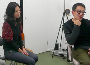 チェン・ウェイさんの制作アシスタントを務める、 自身もアーティストである野田さん。(左)