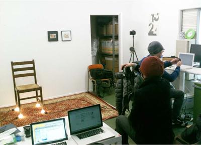 金島さんのスタジオBLROOMにて作品制作中のチェン・ウェイさん(手前)。