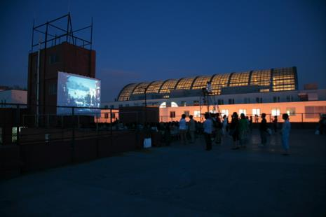 岩佐ビル屋上での上映(2012.7.7) 写真:© 伊藤留美子 2)