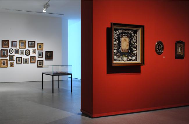 「時の宙づりー生と死のあわいで」展 展示風景  図版提供:IZU PHOTO MUSEUM