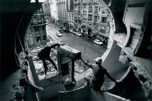 Gordon Matta-Clark 《Conical Intersect》, 1975