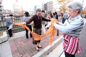 地域連携の試みを全国に先駆けて進めて来た黄金町。 「落ち葉で染めるスカーフワークショップ」 (2010年11月26日) 主催:黄金町エリアマネジメントセンター photo: Yasuyuki Kasagi