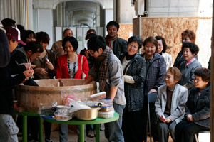 「アートとコミュニティ」を結びつける活動への関心は高まっている。 「ちらし寿司寿町交流会」(2010年4月23日) 主催:黄金町エリアマネジメントセンター photo: Junya Yanagimoto