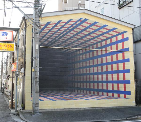 地域ベースのプロジェクトである黄金町に展示されている「街の隙間」2012, 吉野ももの作品。
