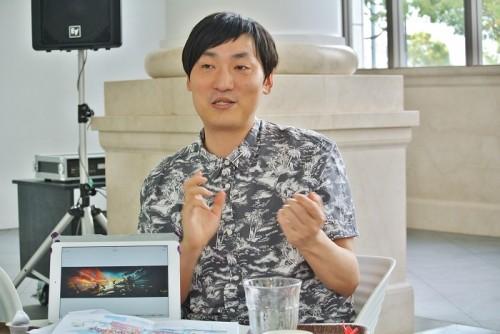 山下「横浜は坂の町ですよね。横浜に来てから、坂の風景をよく描くようになった。坂を描くと2つの地平線ができて、絵の中にも疾走感が生まれるんですよね。横浜の風景にはインスピレーションを受けています。」