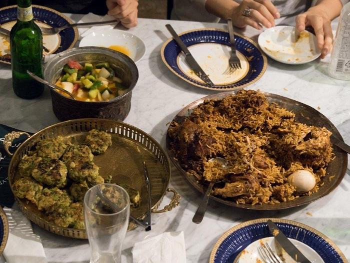 ディナー型パフォーマンス「ダール・アル=スルフ(和平の家)―あなたは消滅しかけている言語 を亡霊の出す皿で食べている:和平の家 よりイラク=ユダヤ料理を提供する」の様子  撮影:加藤健