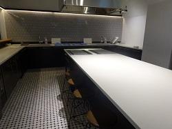 着席で最大24名が入れる広々としたキッチン。