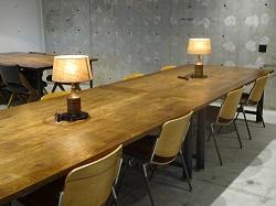 ワークラウンジはカフェ風のテーブル席のほか、自習室や図書館のような席もあり