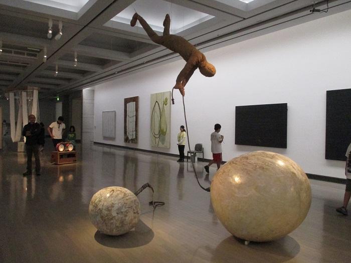 福岡道雄《飛ばねばよかった》1965-1966年 Installation view of Yokohama Triennale 2014