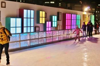 窓枠の中の灯りがスケートリンクのBGMに合わせて変わる演出。灯りが氷に反射してとてもきれい。