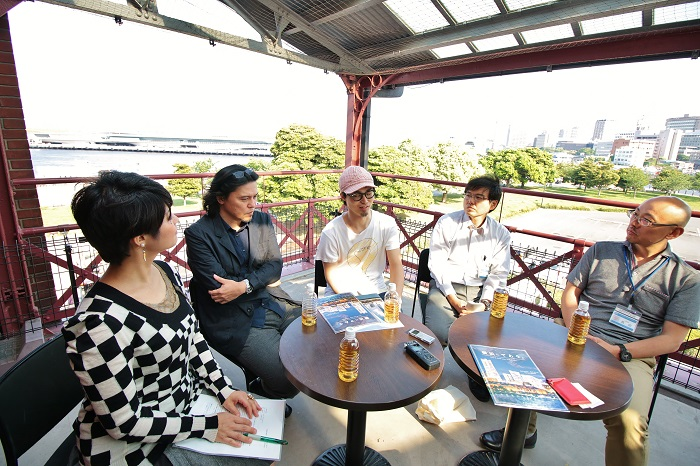 取材では、HAGの最終選考プレゼンテーションの会場となった横浜赤レンガ倉庫にお集まりいただいた。左から、株式会社ロボットの安江沙希子さん(プロジェクトマネージャー)・丸山靖博さん(チーフプロデューサー)、アニメーション作家の奥田昌輝さん、横浜市文化観光局の新谷雄一さん(文化芸術創造都市推進部創造都市推進課担当係長)・貝田泰史さん(横浜魅力づくり室横浜プロモーション担当)。