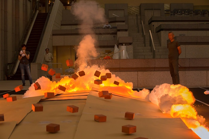 火薬絵画《人生四季》(2015年、火薬、カンヴァス、作家蔵)の爆破  Photo by KAMIYAMA Yosuke