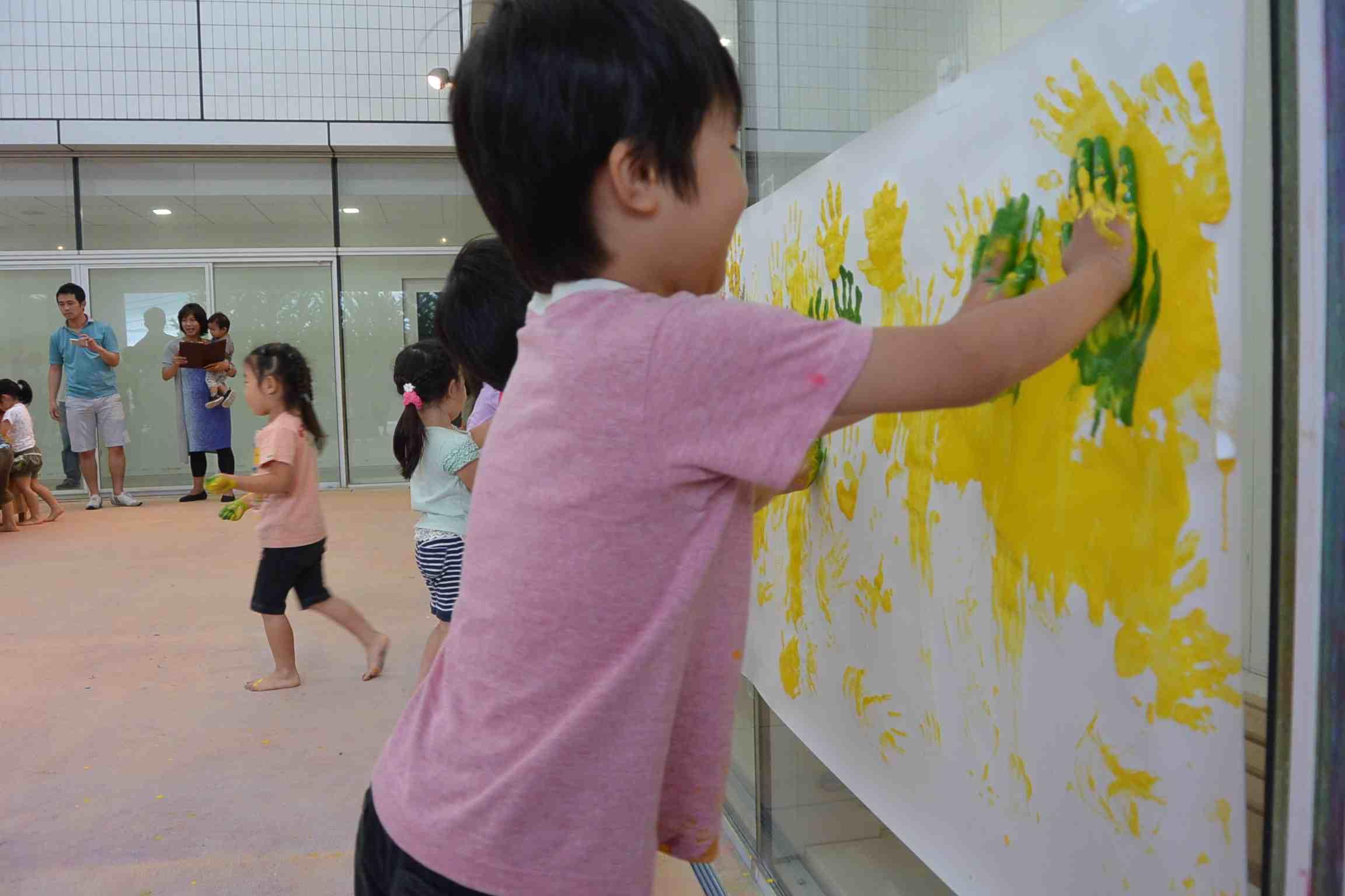 子どものためのプログラム「えのぐであそぼう!」(幼稚園・保育園の年中組の幼児が対象)の様子