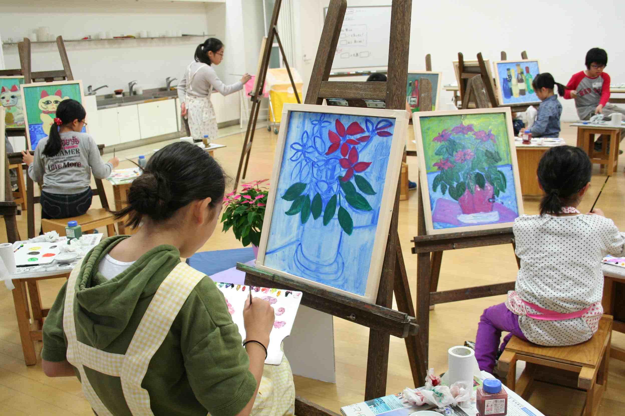 子どものためのプログラム「油絵に挑戦」(小学校4~6年生が対象)の様子