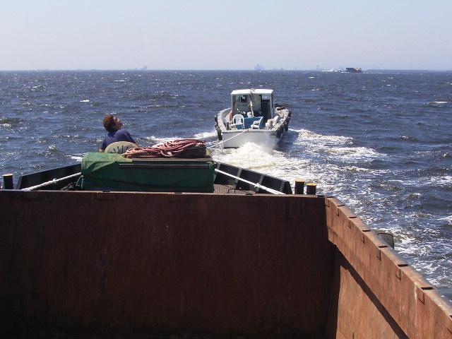 約70平米の鉄の箱を曳航。