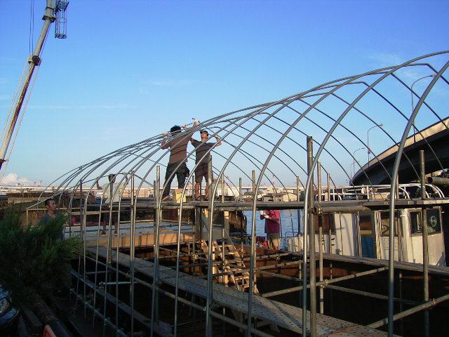 農業用ビニルハウスをセルフビルドで架構。