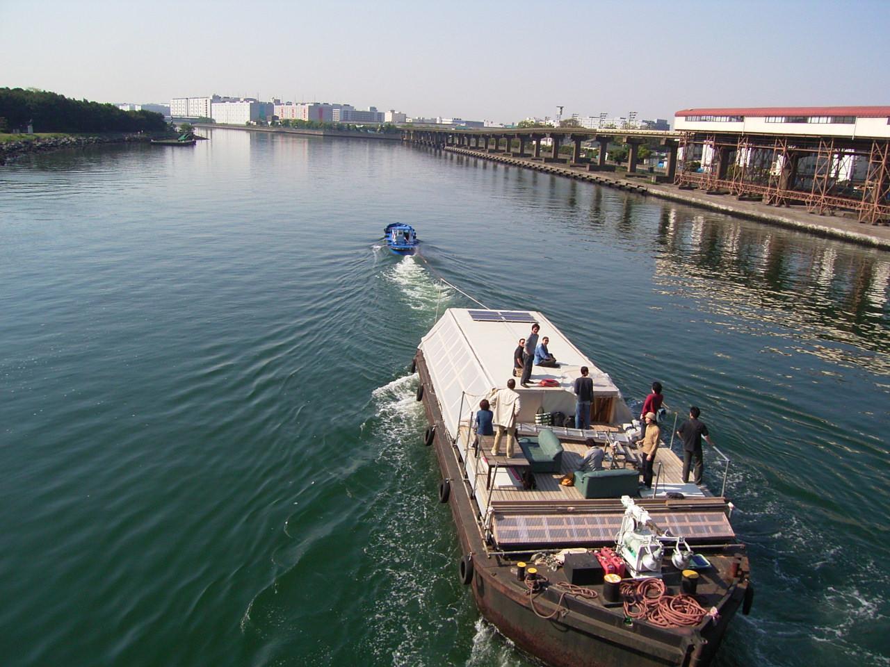 大井競馬場前防災桟橋より京浜運河を下り横浜に向かう。