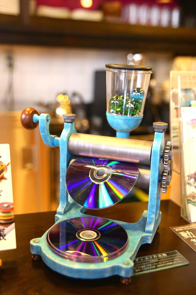 「喫茶コマドリ」には日経パソコンの表紙に使用された「ディスク作成機」がさりげなく展示されていた!