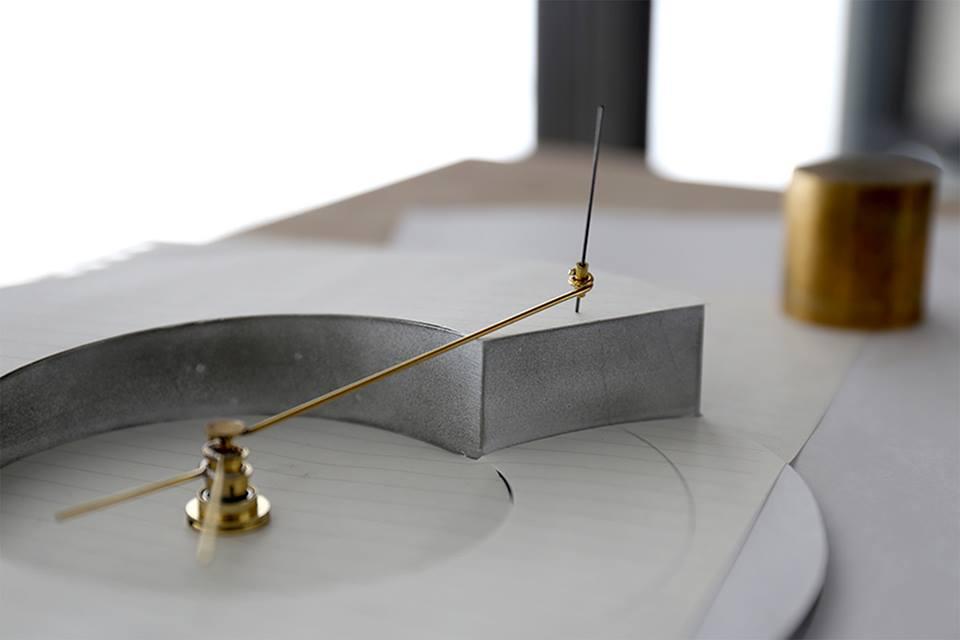 久門剛史 《らせんの練習》2013年 ノート、時計、木材、シャーペンの芯、他250 x 50 x 300 mm