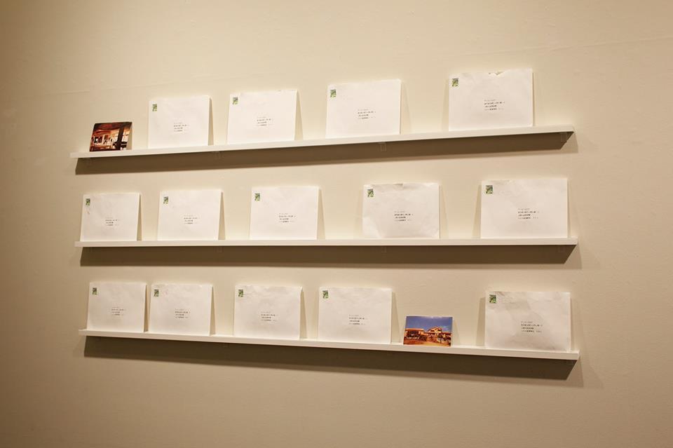 ミヤギフトシ 《17 Notes from the South》2015年 切手、デジタルプリント、ファウンドフォト、インク、紙、CD サイズ可変 撮影:田村友一郎