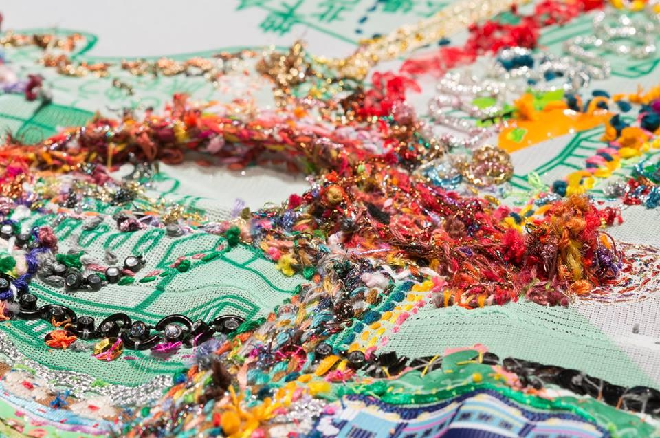 秋山さやか 《「あるく 私の生活形 東京駅~相模大野~日本橋~東京駅 2012年 7月19日/ 7月25日, 26日, 27日, 30日, 8月8日,13日/ 8月22日~9月7日」》(部分)2012年 東京駅周辺と相模大野で、出逢った、さまざまな糸やあらゆる素材、もの・ポリエステル布に昇華プリント 95 x 90 x 90 cm 撮影:Hideto Nagatsuka