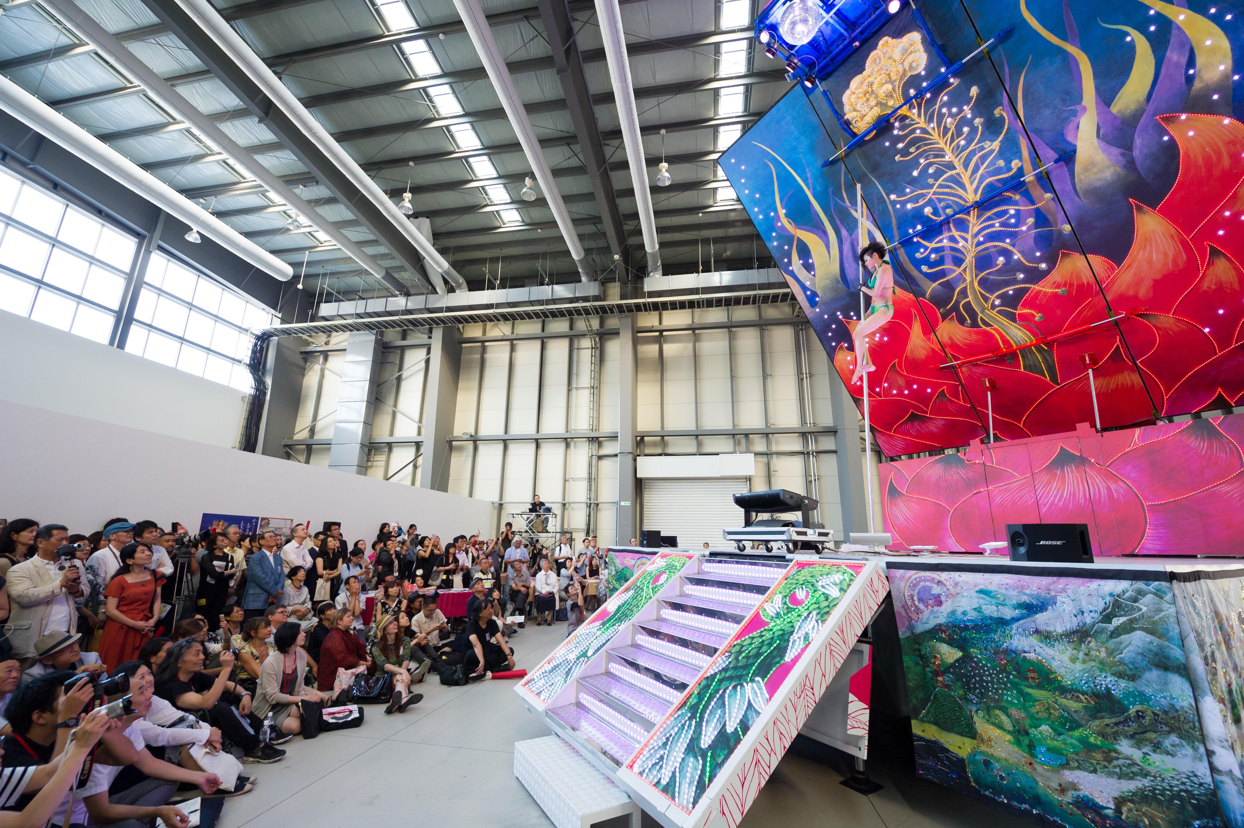やなぎみわ《演劇公演「日輪の翼」のための移動舞台車》2014 年 撮影:加藤健 写真提供:横浜トリエンナーレ組織委 員会
