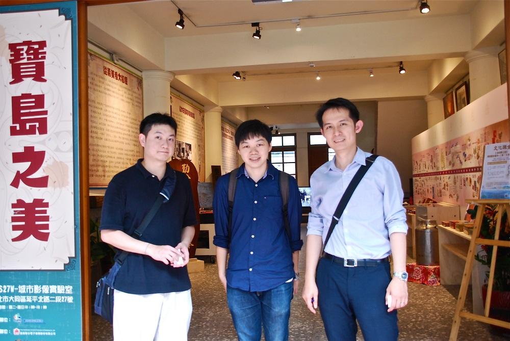 大稲埕を案内してくれた台北市都市更新處の曽さん、宋さん、詹さん(左から)。URS 27Wの前で。