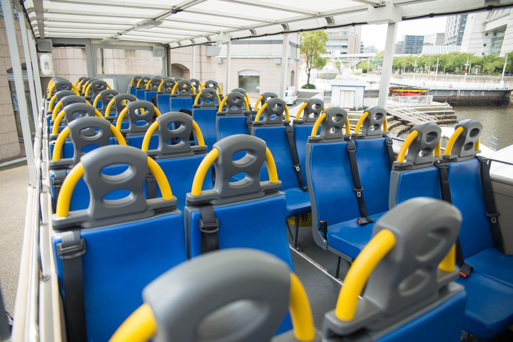 座席は横浜らしい爽やかな青と黄色。