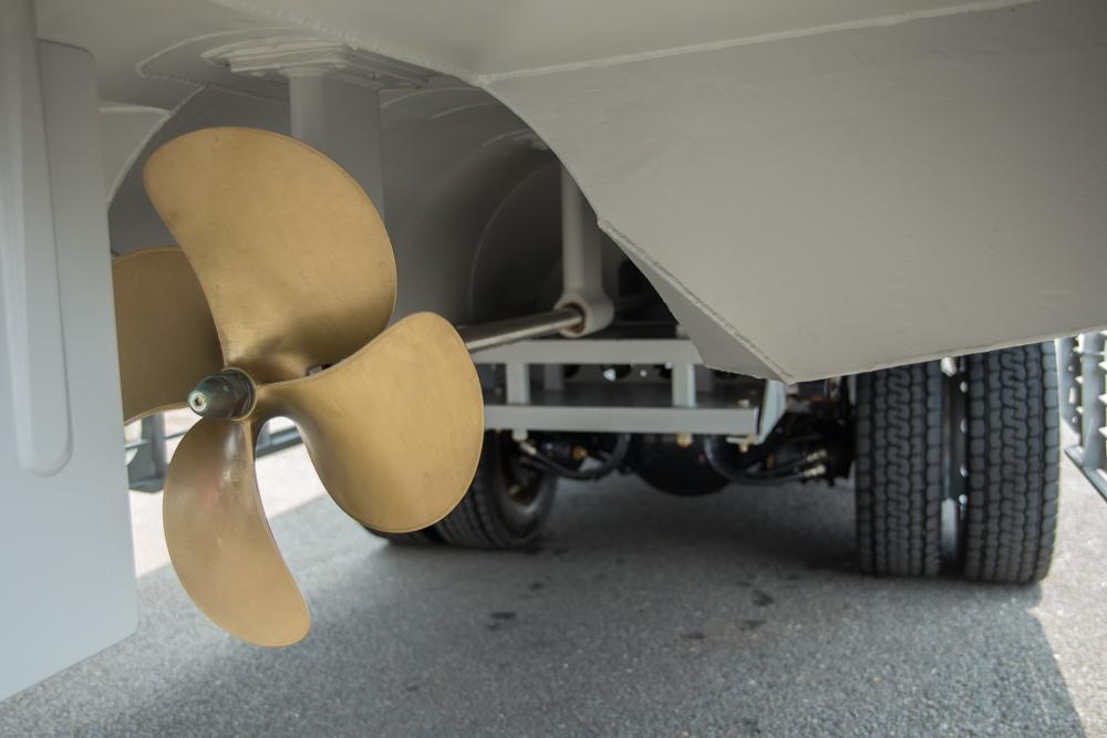 タイヤとスクリューを併せ持つ。上陸したらすぐに洗車してもらっていた。