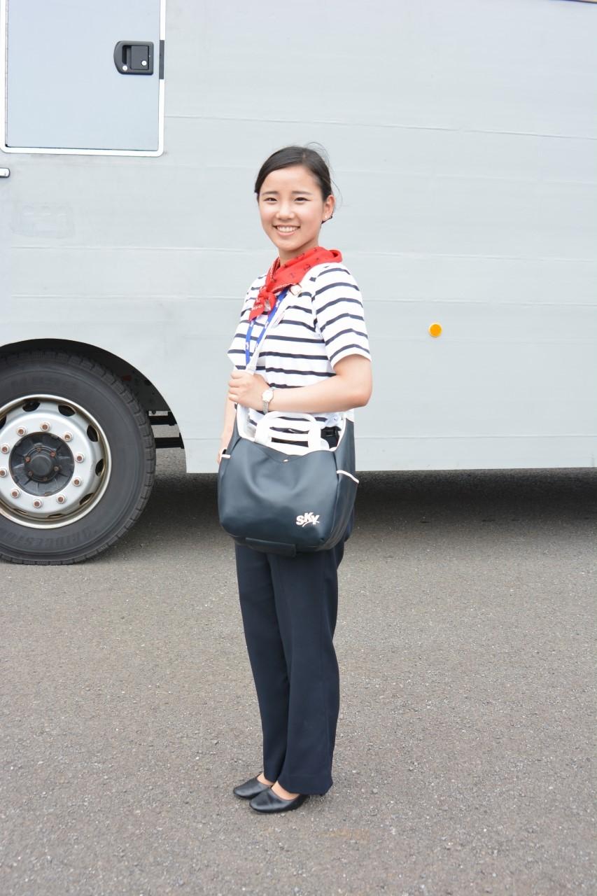 本番の運行は、こちらの制服で。バッグは「キタムラ」のもの。おしゃれです。
