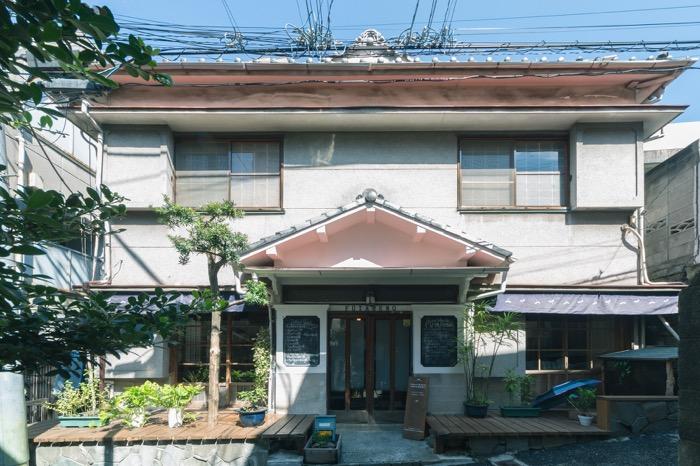 元宿野街の一角に建つ「GuestHouse FUTARENO」