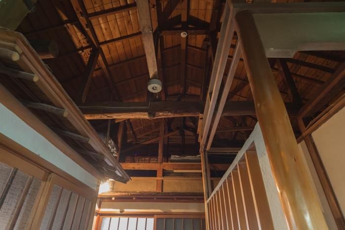 それぞれの客室の入り口には、昔ながらの庇が残る