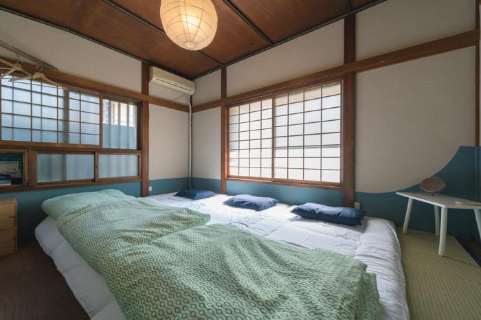 小上がりを作り壁には富士山のモチーフを描いた個室