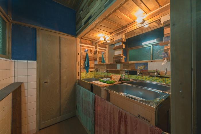 解体作業で出た廃材は、家具や装飾に再利用した