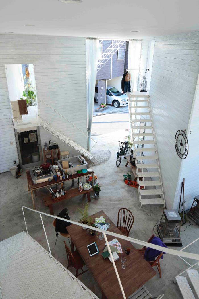 ヨコハマアパートメント。1階の共有スペースの土間から階段で4つのアパートに入る仕組み。
