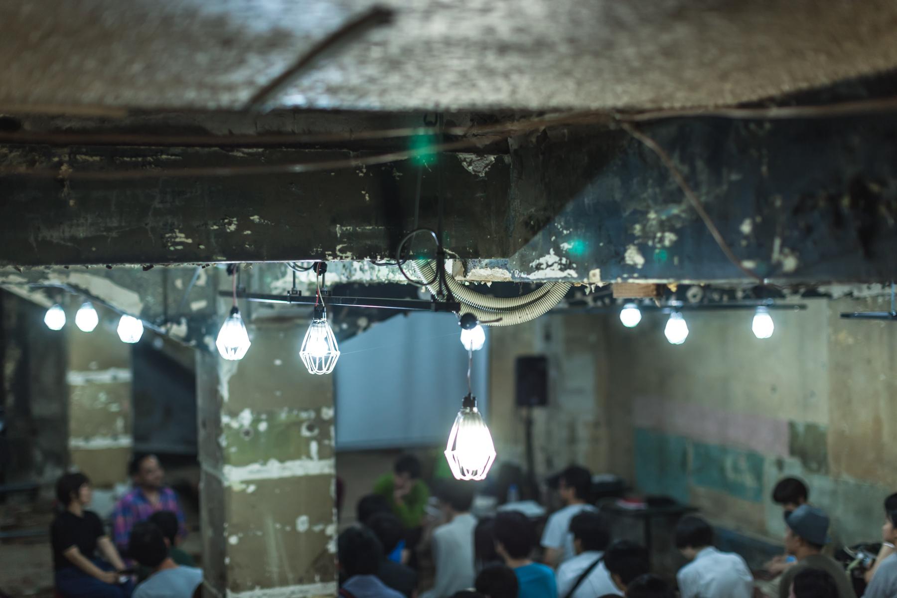 むき出しの天井や塗装がはがれかけている壁、遺跡のような壁画が印象的な「The CAVE」の空間