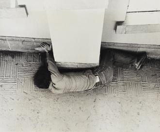 榎倉康二 《予兆―柱・肉体(P.W.-No.46)》 1972年 ゼラチン・シルバー・プリント