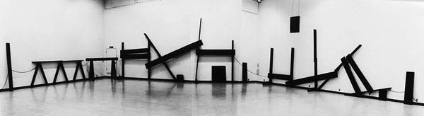 斎藤義重 《内部》 1981年 ラッカー、木、ボルト、紐 横浜美術館蔵
